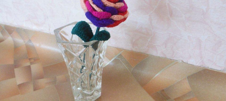Вяжем разноцветную розу крючком
