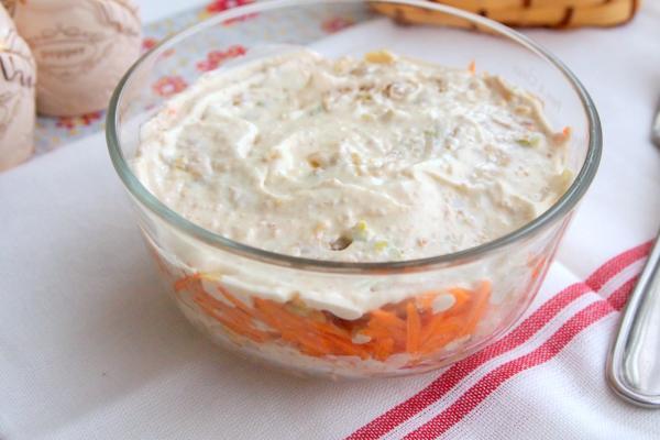 Слоеный салат с топинамбуром и ореховым соусом