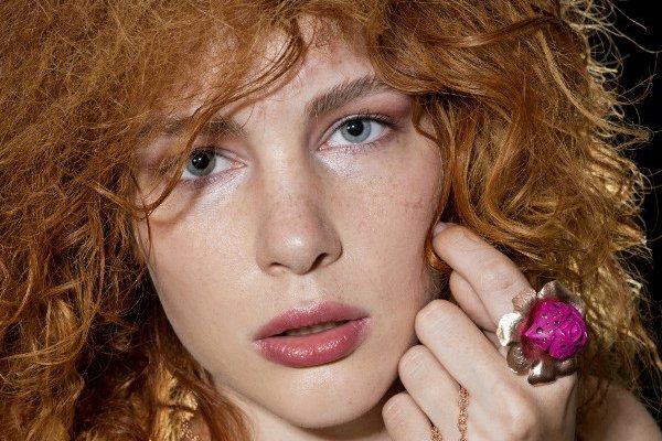 Какой макияж подчеркнет естественную красоту девушки с веснушками