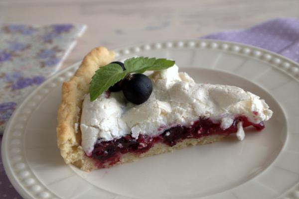 Пирог со свежей смородиной и безе