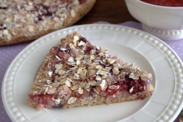 Овсяно-кокосовый пирог со смородиной и клубникой