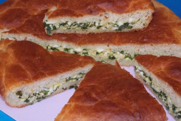 Пирог с зеленым луком и яйцом из жидкого дрожжевого теста на сыворотке
