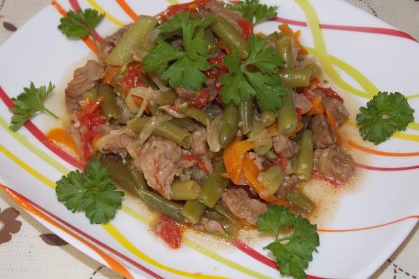 фасоль стручковая с мясом и овощами