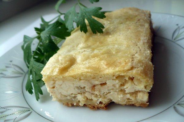 Если вы хотите сделать закусочный пирог с луком и плавленым сыром более острым и пикантным, то добавьте в начинку немного измельченного перца чили или чеснока.