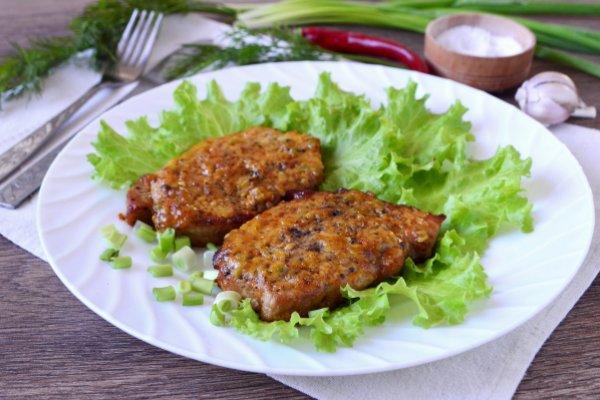 Свиные стейки, запеченные под медово-горчичным соусом