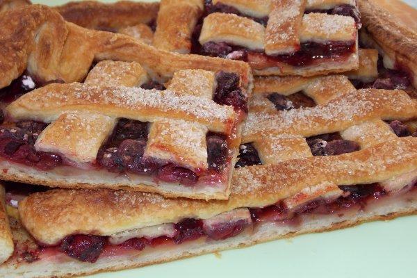 Фруктово-ягодный пирог из слоеного теста