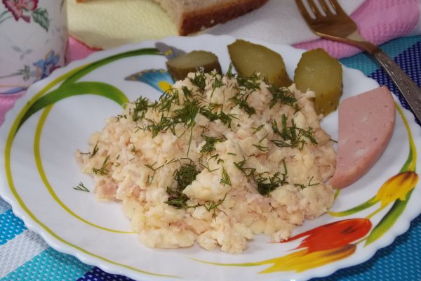 Яичница-болтунья с сыром и колбасой