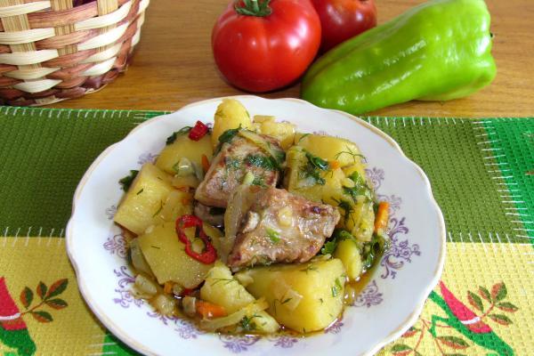 Острое жаркое со свиными ребрышками, картофелем и перцем чили