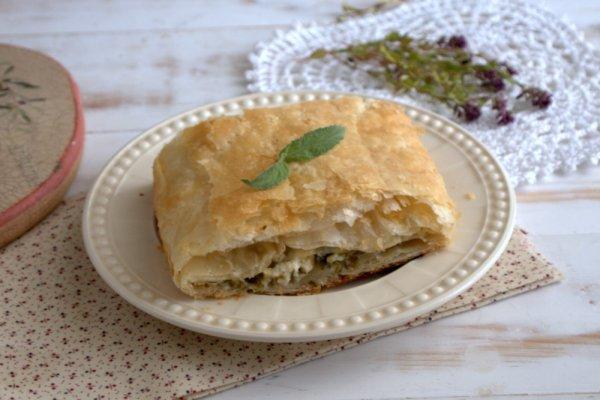Слоеный пирог с творожно-сырной начинкой