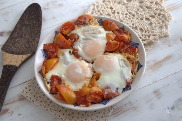 Острая яичница с базиликом и помидорами