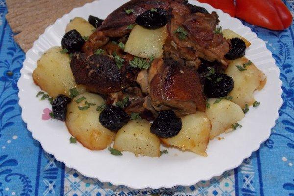 Утка с картошкой и черносливом в духовке (в рукаве)