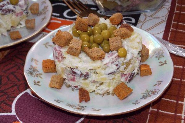 Картофельный салат с фасолью и сухариками
