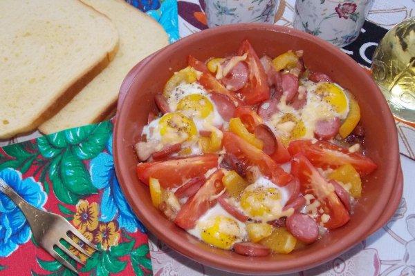 Перепелиные яйца с овощами и сосиской в духовке