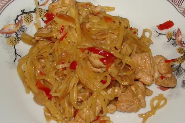 Лапша по-китайски с курицей и овощами