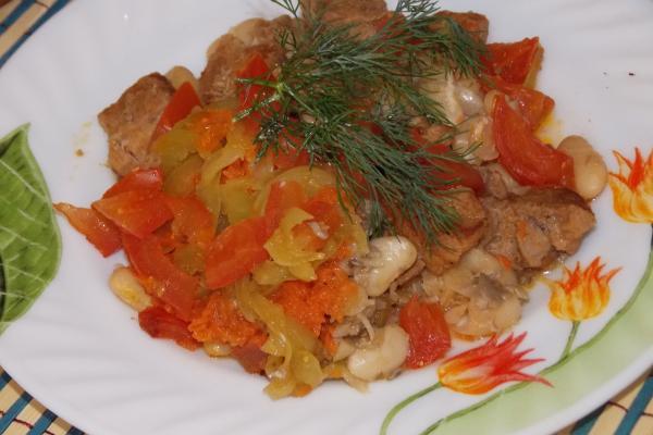 Фасоль с мясом, грибами и овощами в горшочке