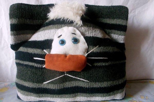 Шьем декоративную подушку из старого свитера