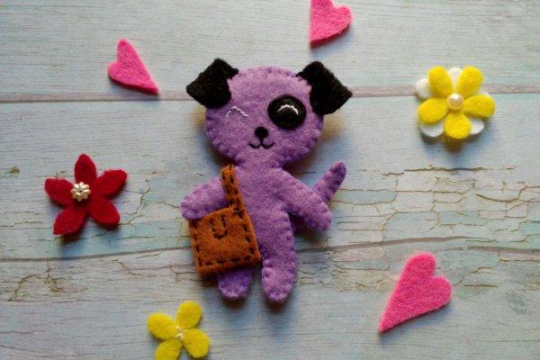 Шьем детскую брошь из фетра «Собачка с сумочкой»