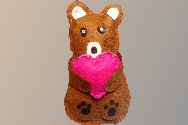 Шьем мишку с сердечком из фетра