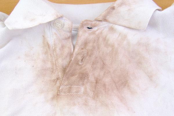 Как удалить пятна с белого платья