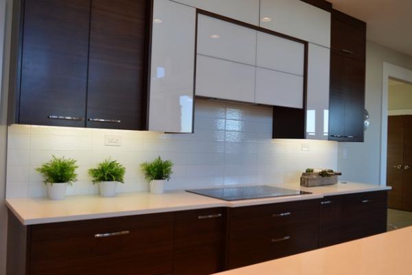 Какой кухонный фартук лучше: из стекла или мозаики?