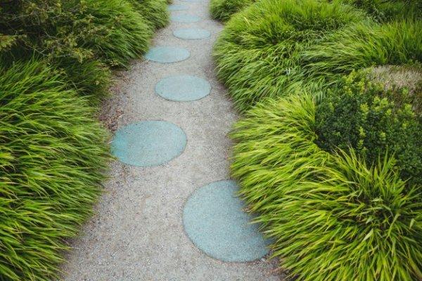 Садовые дорожки: какой выбрать материал?