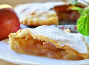 Закрытый хрустящий пирог с начинкой из яблок