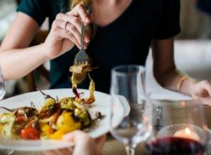 Как полезнее питаться — в компании или в одиночку?