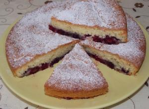 Бисквитный пирог с ежевикой