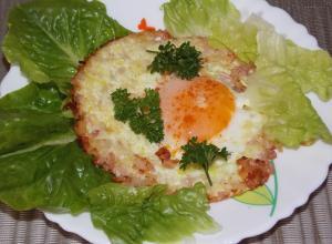 Яичница с салом и луком