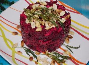Свекольный салат с чесноком, черносливом и сыром