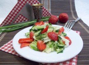 Салат из овощей и клубники