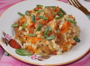 Перловка с мясом и овощами в сковороде