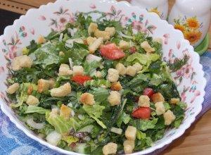 Зеленый салат с огурцом и помидорами