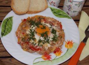 Яичница с фаршем и овощами
