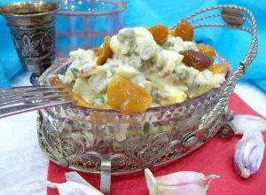 Салат с маринованными грибами, зеленым горошком и яйцами