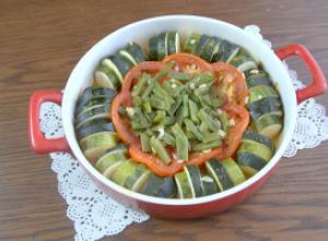 Рататуй из цуккини на овощной подушке