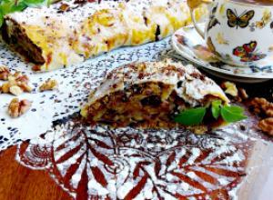 Орехово-шоколадный штрудель с бананом, яблоком и печеньем