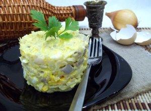 Салат с сельдью, яйцами и луком
