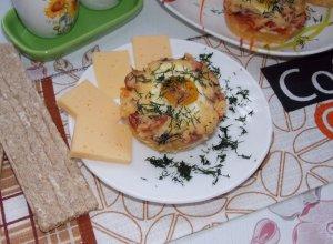 Картофельная пицца с колбасой и яйцом (порционное блюдо)