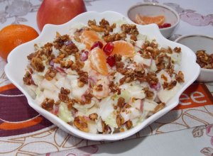 Фруктовый салат с пекинской капустой и чесноком