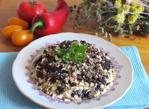 Салат с курицей, черносливом и орехами