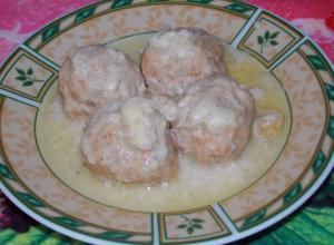 Рыбные фрикадельки в молочно-сырном соусе