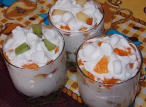 Фруктовый десерт с маршмэллоу и взбитыми сливками