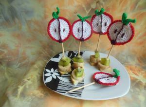 Делаем шпажки для фруктов с вязаной аппликацией