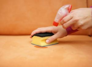 Пятна и грязь на диване: правила эффективной чистки