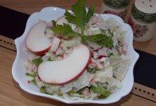 Крабовый салат с яблоком и чесноком