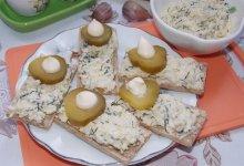 Бутерброды с яйцом и чесноком на хлебцах