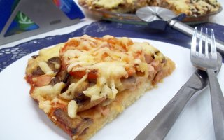Пицца на дрожжевом тесте с грибами и помидорами