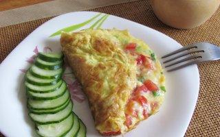 Сырная яичница по-турецки с помидорами и зеленым луком